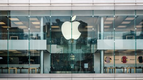 Apple had an exceptionally robust quarter, beating Wall Street's earnings forecasts by a lot. The share price still dived on iPhone chip supply concerns